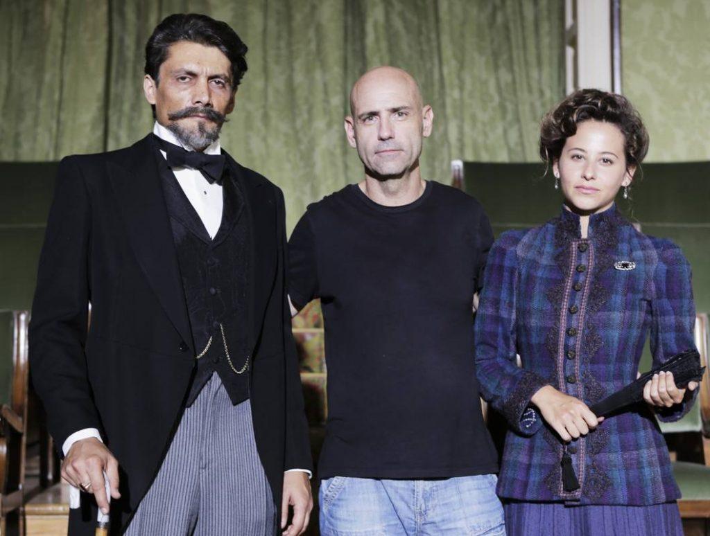 Los protagonistas Daniel Holguín e Irene Escolar junto al director Joaquín Llamas